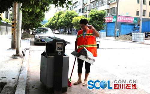 郭素群将清理后的垃圾倒入垃圾桶